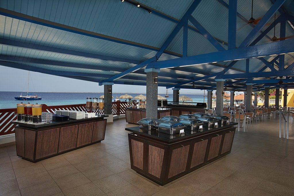 Dives can start their day with a full breakfast buffet in the waterfront dining room at PUREOCEAN.